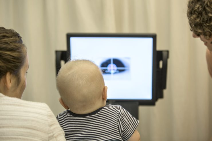De oogbewegingen van het kind worden gekalibreerd. Fotograaf: Ed van Rijswijk